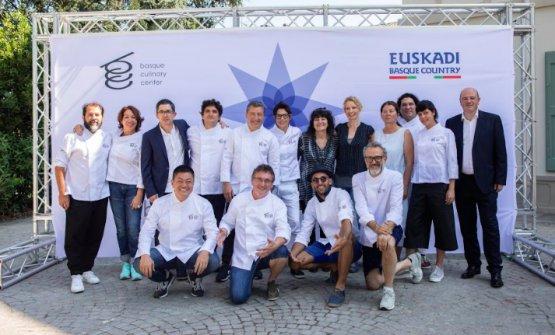 In piedi in centro, Reichlnellacompagine del simposio organizzato dal BasqueCulinary Center a Modena, il 24 luglio scorso