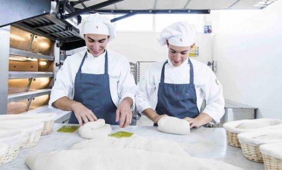 Alt è anche la rivendita del pane di Niko Romito. Quello che viene sfornato, ogni giorno, nel laboratorio di Castel di Sangro. Il pane è il prodotto-simbolo della filosofia di Romito, frutto di uno studio approfondito su farine, impasti e lievitazione. Da Alt si può acquistare e portare a casa