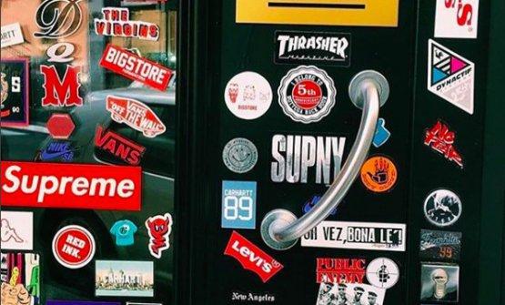 Gli sticker sulla porta d'ingresso (particolare)