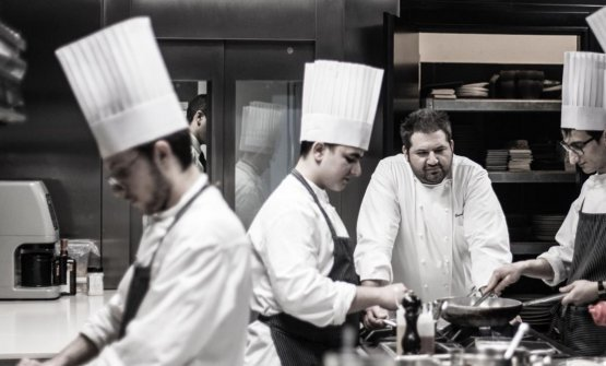 Davide Pezzuto, quello con la barba, in cucina al