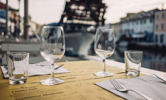 Un tavolo all'Osteria del Gran Fritto di Cesenatico e, sotto, lo stesso gran fritto che vi viene servito