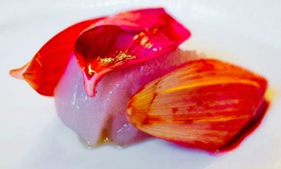 Raw white tuna, veal and dahlia (photoLe Clarence/Instagram)