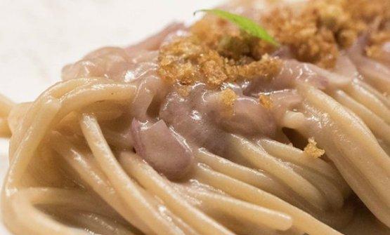 Spaghetti e Medicina, ossia consalsa di cipolla di Medicina e parmigiano, poi caramello di cipolla erucola selvatica