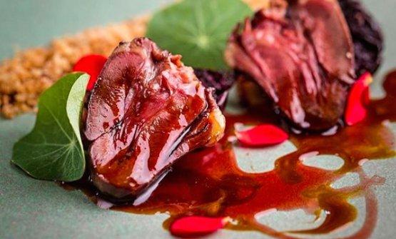 Cuore d'anatra, brodo di maiale e ibisco, uno dei piatti diEsquina Mocotó,il locale più recente, aperto accanto al fratello maggiore
