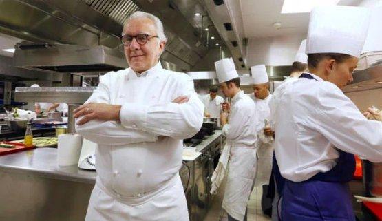 Alain Ducasse, 62 anni, nella cucina del Plaza Athénée di Parigi, 3 stelle Michelin dal 1997.Il cuoco di Castel-Sarrazincucinerà a Identità Golose Milano, martedì 11 dicembre al fianco di Massimo Bottura, per una cena di raccolta fondi per Food for Soul. 550 euro a persona, prenotazioni online