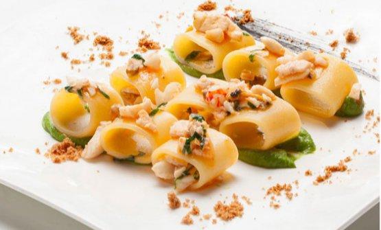 Mezzo pacchero artigianale con piccoli frutti di mare all'olio e basilico, nel menu di Kisté