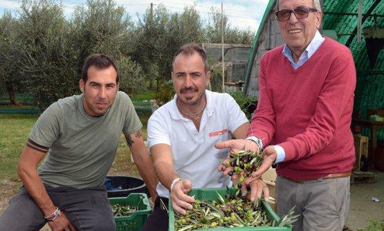 Marco, David e papà Piero Vaiani nel loro podere sopra Lucca