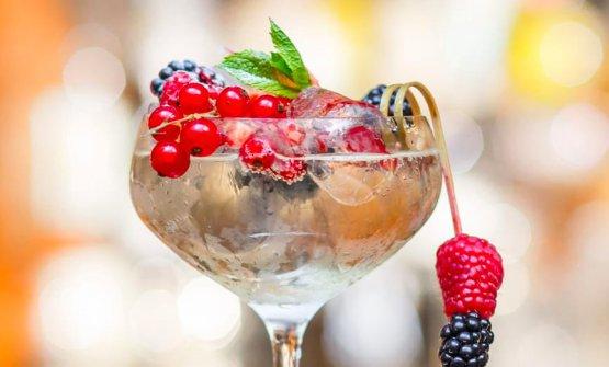 Moulin rouge: liquore di sambuico, prosecco e frutti di bosco