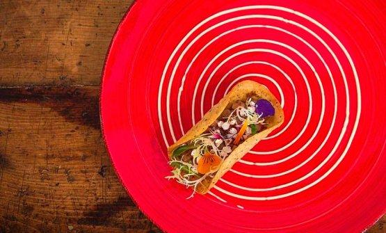 Racos di farina di ceci con salmonehucho-hucho marinato con polvere di Salmerino, salsa al trento Doc ed erbe di montagna