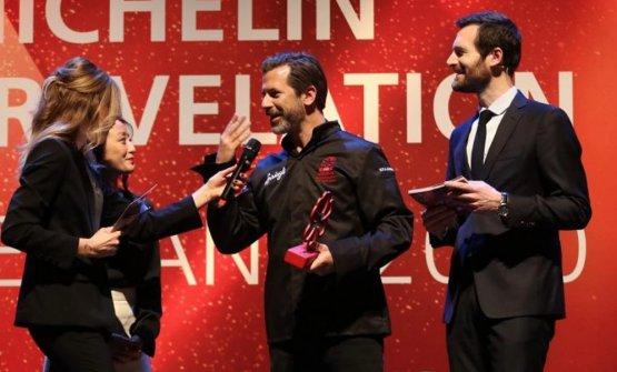 Andreas Caminada, al centro, con il direttore mondiale delle guide Michelin, Gwendal Poullennec, a destra