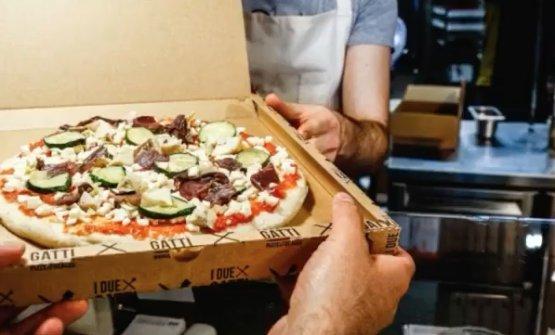 La pizza, con cottura da ultimare, viene consegnata...
