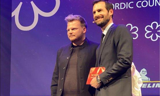 Chef Rasmus Munk nel febbraio scorsoconGwendalPoullennec, direttore internazionale delle GuideMichelin. Alchemist fu premiato con due stelle(foto Instagram/Alchemist)