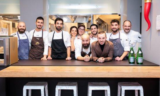 Foto di gruppo con la squadra di cucina
