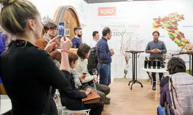 Lo stand di Fontanafredda e Vino Libero � stato pieno di visitatori e iniziative per tutti questi giorni di Identit� Milano: tra gioco, divertimento e approfondimento sulla culura enologica
