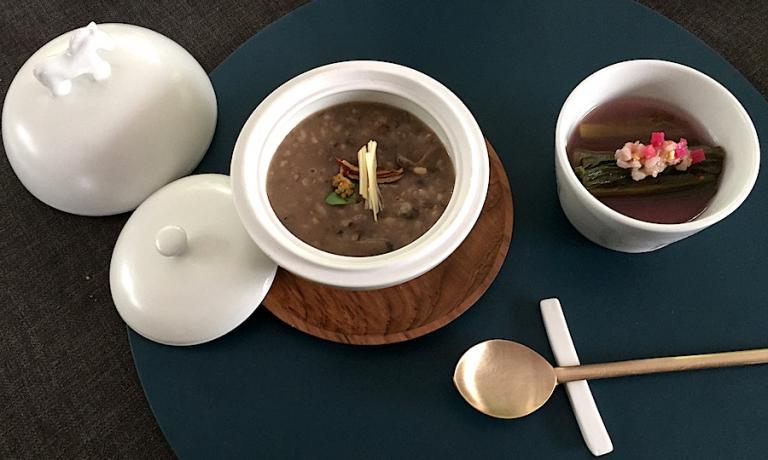 Neungi mushroom porridge and Spring flower Gimchi, uno dei piatti proposti in casa sua, una villa dove si celebra l'arte e la cucina, da Lee Jong Kuk, persona eclettica e chef finissimo