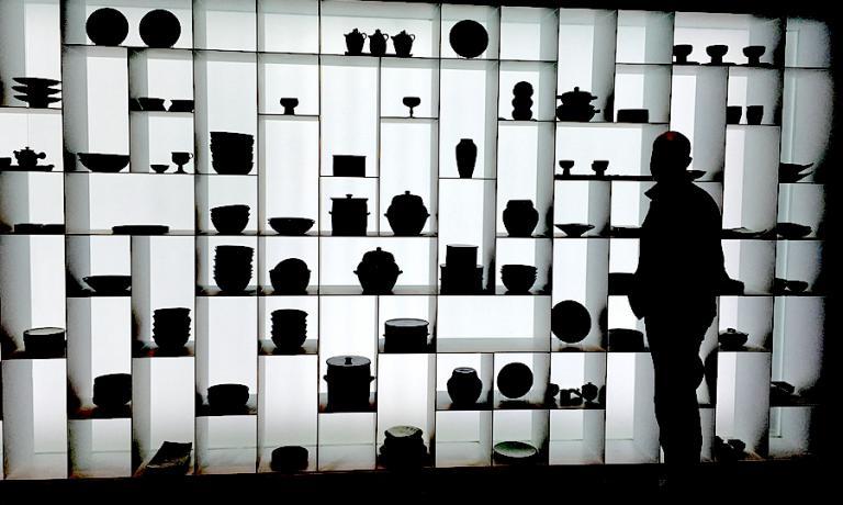 Un singolare ritratto controluce di Niko Romito nella sala delle ceramiche al Museo del kimschi a Seoul, struttura voluta dalla Korean Food Foundation