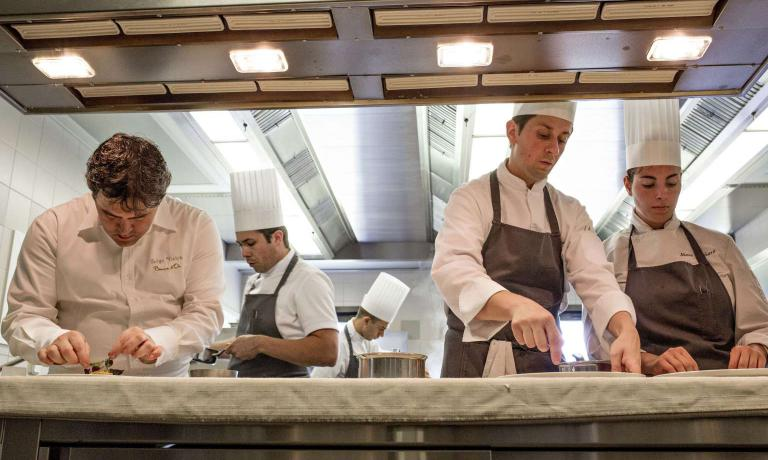 Serge Vieira e Dan Arnold, primo e secondo da sinistra, al pass del RestaurantSerge Viera