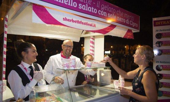 La giuria popolare dello Sherbeth Festival 2017 a Palermo ha premiato il Caramello salato al sale nero di Cipro di Guido Zandona. Sua la gelateria Ciokkolatte di Padova