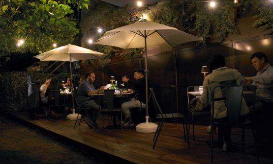 """La nuova """"sala del silenzio"""" in giardino, con tre tavoli dedicati aEzio Bosso"""