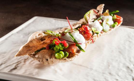 Wafer di pasta di seitan al carbone vegetale ripieno di maionese al basilico, piselli, pomodorini e fragole, uno dei due piatti presentati da Salvini a Identità Naturali