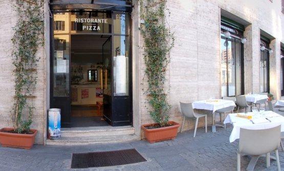 L'ingresso dello Smeraldino in corso Garibaldi a Milano, un ristorante modaiolo chiuso da alcuni anni