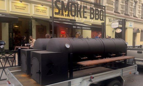 Mega-barbecue su ruote davanti al ristoranteSmoke Bbq, sulla ulitsa Rubinshteyna, popolare via notturna