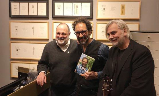 Marchi e Quaranta con Paolo Benvengù, il cantautore che ha accompagnato la presentazione con le sue canzoni