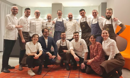 Foto di gruppo a fine cena, con gli chef protagoni