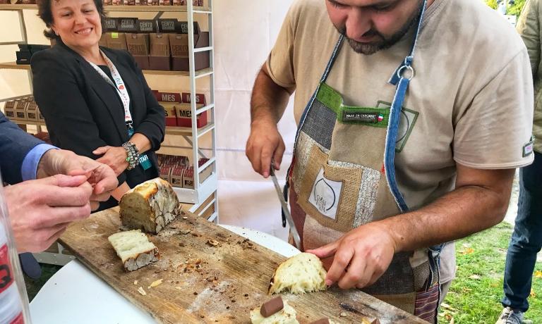 Antonio Cera alle prese con pane e Gianduiotti