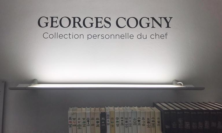 La sezione della Biblioteca di ALMA dedicata a Georges Cogny si trova proprio nella prima sala: lo spazio, diretto da Marino Marini, è antistante alla Reggia di Colorno in cui si svolgono le attività didattiche