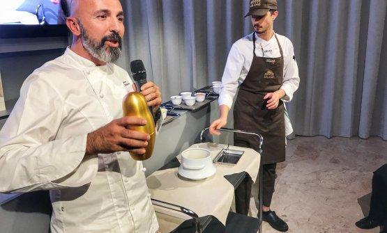 Andrea Ribaldone con lo shaker che permette la mantecatura dei suoi Spaghetti