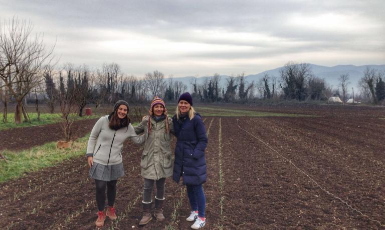 Sarah Minnick, a destra, conAntonietta Melillo, al centro, e Mirta Foradori, che ha accompagnato l'amica Sarah Minnick nel suo viaggio italiano. Le due si sono conosciute grazie ai vini della famiglia Foradori, che fanno parte della cantina di Lovely's Fifty Fifty.Qui sono immortalate sul campo in cui la Melillo coltiva le Cipolle di Alife