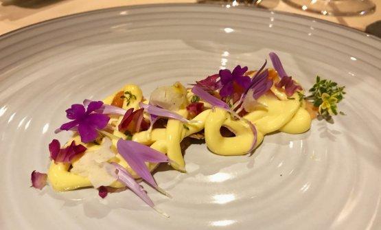 Vitello trotato scomposto: trota salmonata affumicata ai sermenti di vigna, tegola di trogliette, maionese leggera al timo al limone
