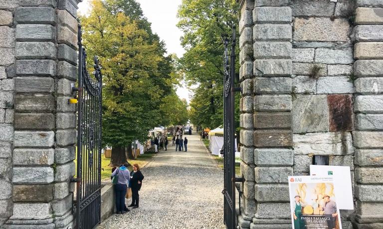L'ingresso al bellissimo e panoramico viale alberato dove si concentrano gli espositori della quarta edizione di Paesi e Paesaggi del Gusto, al Castello e Parco di Masino