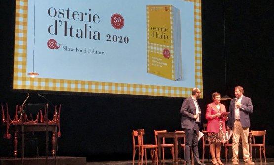 Bolasco e Signoroni sul palco del Piccolo Teatro Strehler di Milano, insieme a Francesca Romana Barberini, che ha condotto la presentazione