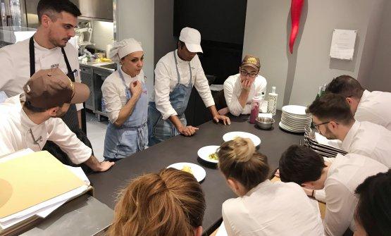 Antonella Ricci e Vinod Sookar mentre spiegano i piatti alla squadra di sala e cucina dell'Hub