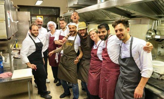 I cinque chef della serata in mezzo alla brigata d