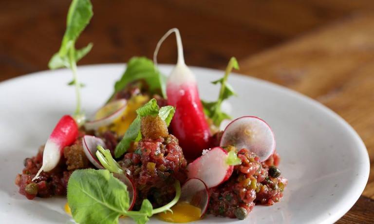 Tartare di Black Angus affumicato con rapanelli, rafano e foglie di senape: uno dei piatti della Social Eating House
