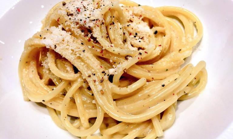"""Spaghetti monograno Felicetti, Grana Padano, pecorino romano e toscano, ricotta di siero di latte, blend di 4 pepi di Sarah Grueneberg, astro nascente della cucina diChicago, da 10 mesi al timone di Monteverde, """"ristorante e pastificio"""""""
