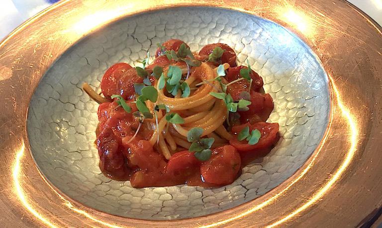 Spaghettoni Gerardo Di Nola ai cinque pomodori, piatto capolavoro di Nino Di Costanzo sull'isola d'Ischia e ovunque si trovi ai quattro angoli del mondo. Nessun'altro piatto incarna l'Italia come la pasta al pomodoro