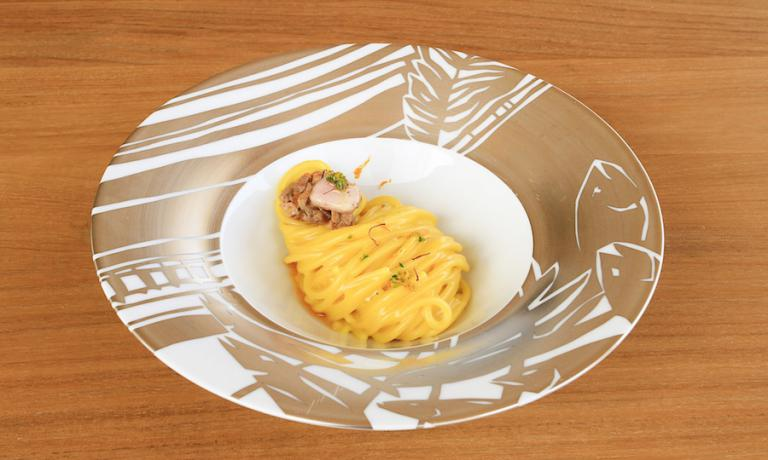 Gli Spaghetti Milano, lo straordinario primo piatto pensato dall'executive chef di Identità Expo, Andrea Ribaldone. Che siano nel segno dello zafferano è evidente a tutti, meno scontato che il ragù sia d'ossobuco. Impossibile intuire cosa leghi il tutto: un frullato cremoso di risotto alla milanese