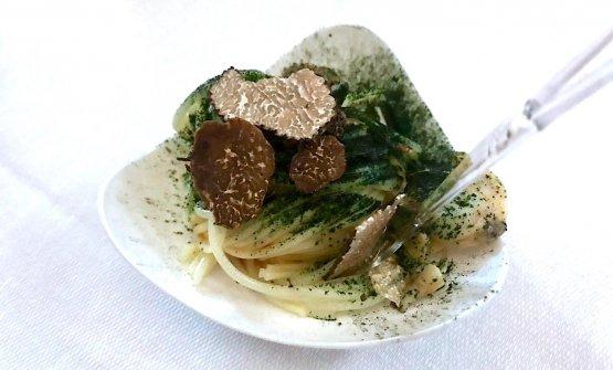 Spaghettini freddi con erba cipollina, vongole, tartufi e alga spirulina