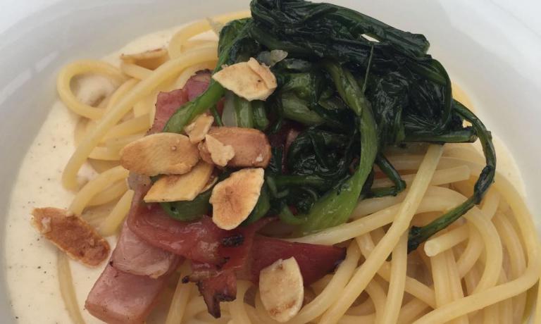 NON SOLO VINO. Lo Spaghettone Monograno Matt Felicetti con speck, mele, cacio e pepe, cicorietta e mandorle salate presentato in Alto Adige daDavide Scabin