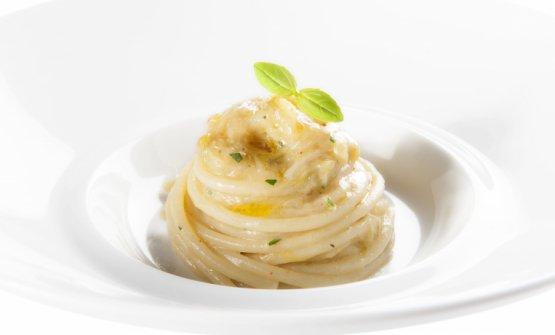 GliSpaghettoni al cipollotto, uno dei piatti celeberrimi diAimoeNadia. La prima versione è del 1965