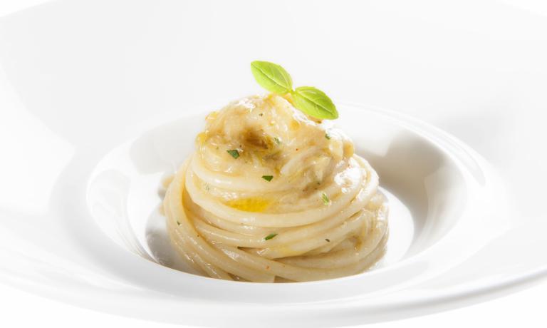 INTRAMONTABILE.Spaghetti al cipollotto fresco e peperoncino con filo d'olio e basilico ligure