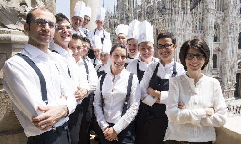 Sabrina Romito (Cristiana's twin sister, the first to the right, next to Gaia Giordano), Fabio Catino and Francesco Spina (the first two to the right) with the team at Spazio Milano, on the terrace facing the Duomo. Niko Romito's galaxy also includes two more Spazio restaurants: in Rivisondoli in Abruzzo and inside Eataly Roma (photo by Brambilla/Serrani)