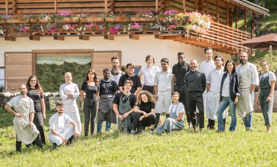 Lo staff del SanBrite, secondo da destra lo chef Riccardo Gaspari, alla sua destra la moglieLudovica Rubbini, che si occupa di sala e cantina