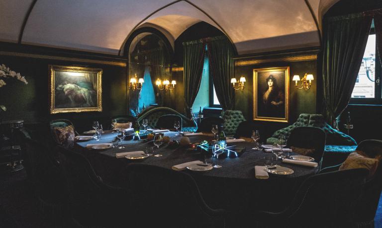"""La Stanza Verde nella sua versione da cena, con il tavolo """"imperiale"""", che ospita al massimo dodici commensali"""