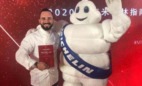 Stefano Bacchelli, executive chef del Da Vittorio Shanghai, mentre riceve il riconoscimento
