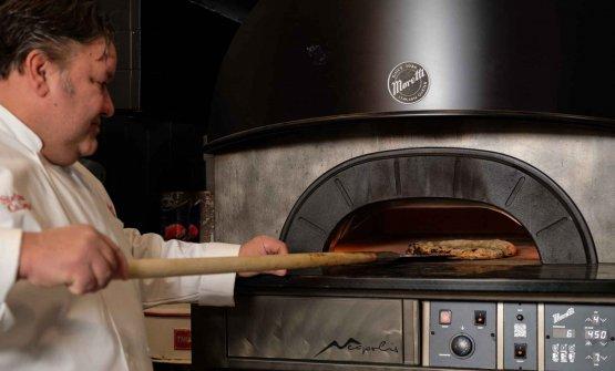 Callegari alle prese con un Neapolis di Moretti Forni. Con cui prepara le sue pizze tonde(ma anche le teglie...)